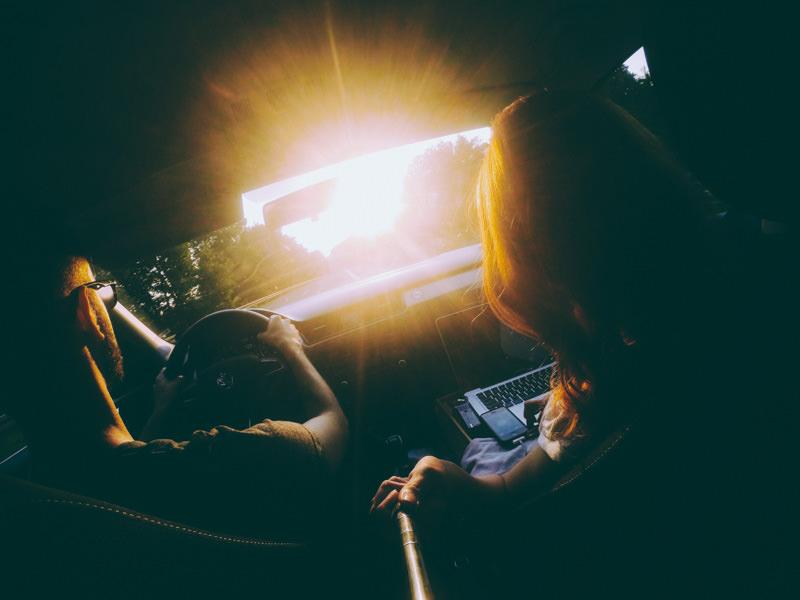 pequenos_monstros_road_trip_working_car_sun.jpg