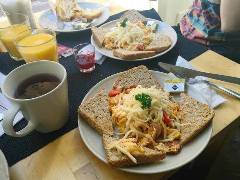 pequenos-monstros-brunch-budapeste-kino-cafe